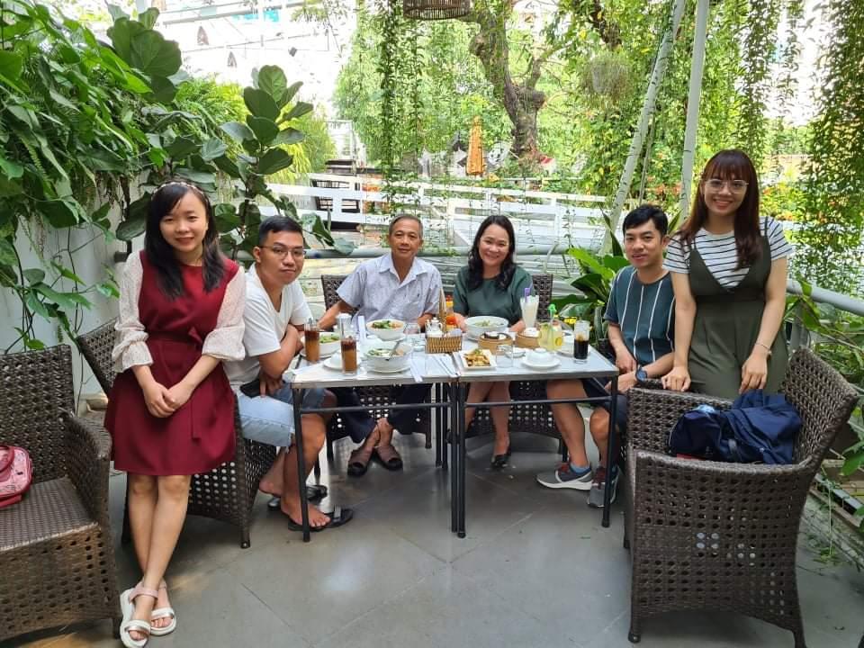 Gia đình hạnh phúc của anh Sơn, chị Trang (Mai Ka bìa phải, Thủy bìa trái)