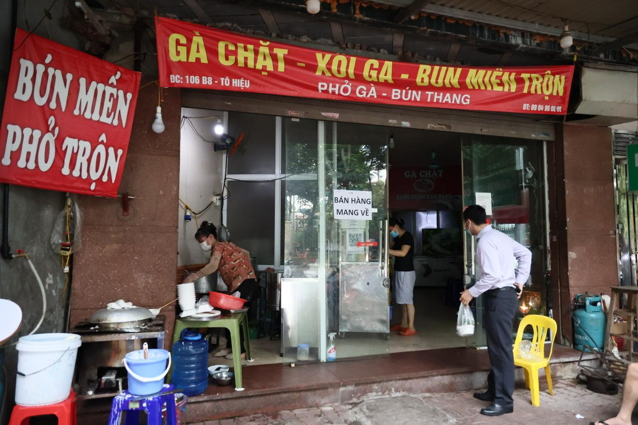 Theo ghi nhận của PV Báo Phụ Nữ TPHCM, các hàng quán mở cửa đúng vào 12g trưa nên có rất nhiều người dân, nhân viên văn phòng đến mua.
