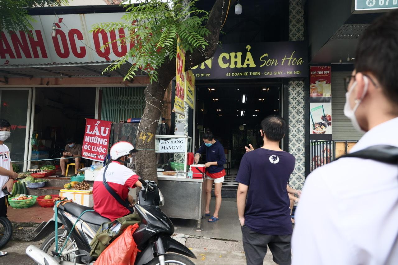 Rất nhiều hàng quán tại một số quận nội thành đủ điều kiện được mở bán lại