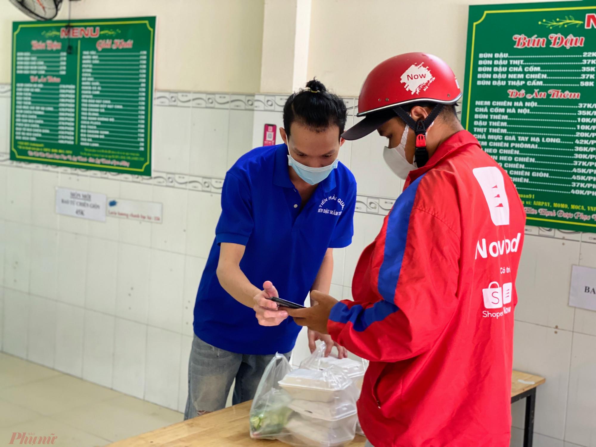 Trong ảnh một cửa hàng kinh doanh bún đậu mắm tôm trên đường Nguyễn Thị Thập (quận 7) đang giao đơn cho shipper.