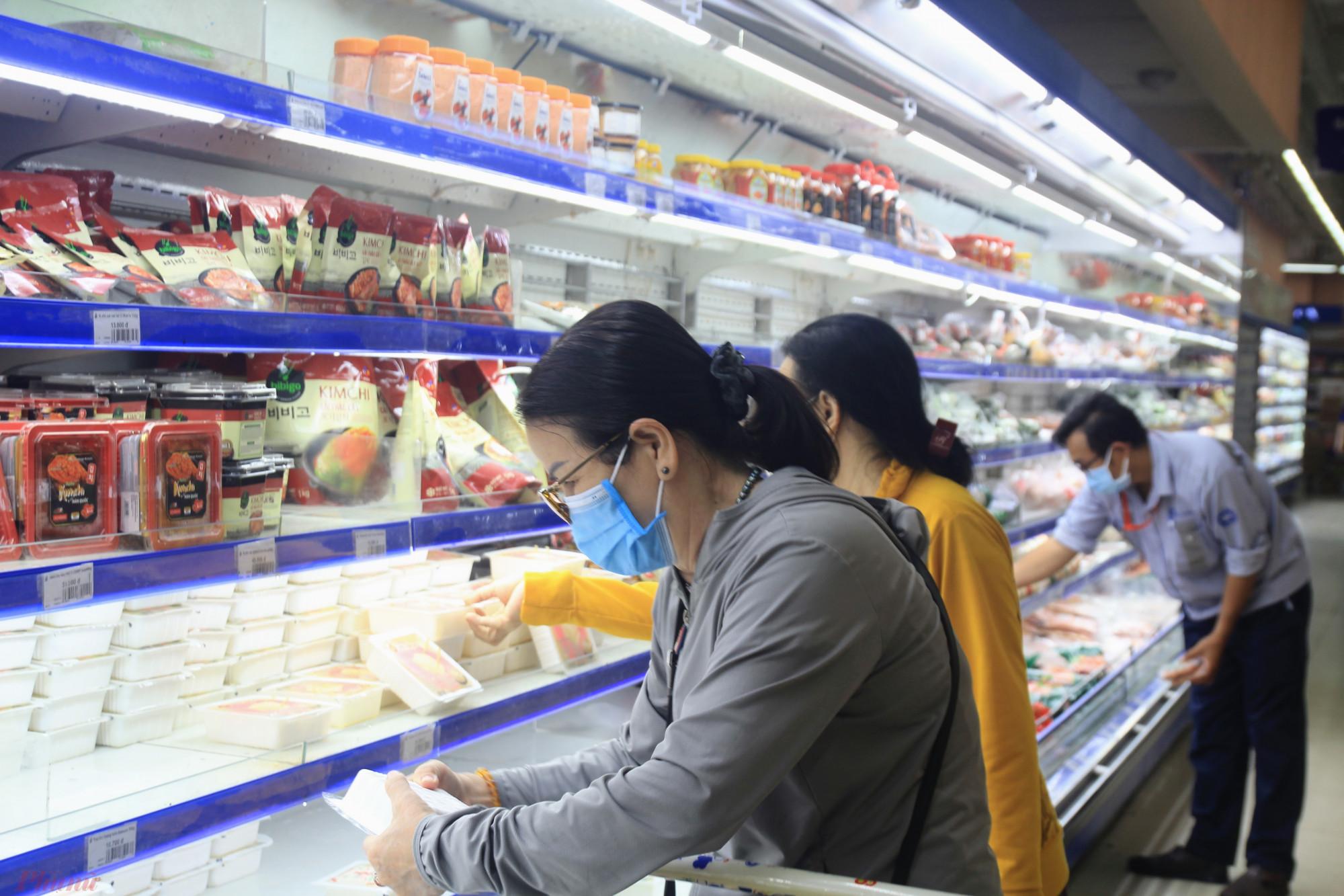 Chị Phạm Thị Thu Hồng (P. Tân Thuận, Q.7) phấn khởi chia sẻ, có thể mua hàng trực tiếp trở lại, đều đó chứng tỏ tình hình dịch bệnh đã dần được kiểm soát. Việc mua hàng trực tiếp vẫn tốt hơn, mình có thể được lựa chọn theo ý mình, chứ đặt hàng hay nhờ đi chợ hộ còn rất nhiều hạn chế