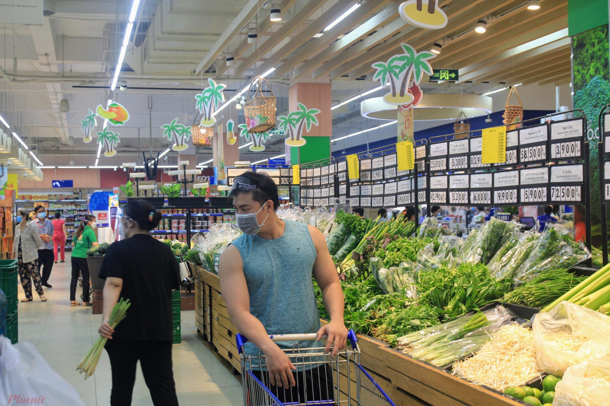 Theo ghi nhận, đa số khách hàng đến mua sắm chủ yếu tập trung ở nhóm hàng tiêu dùng nhanh, rau củ, trái cây, thịt cá và các sản phẩm đồ đóng hộp.