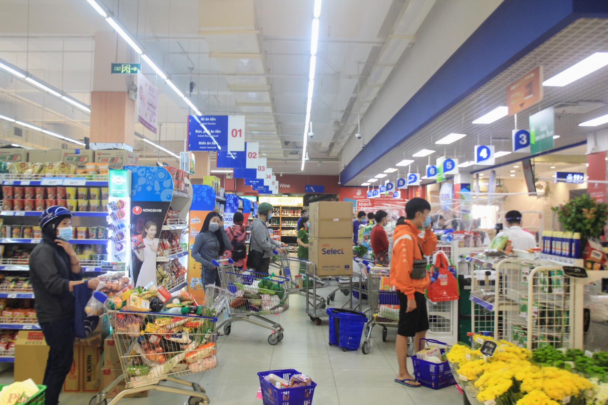 Sáng nay (16/9) siêu thị Co.op Mart (đường Huỳnh Tấn Phát, quận 7, TPHCM) mở bán trực tiếp trở lại phục vụ người dân.