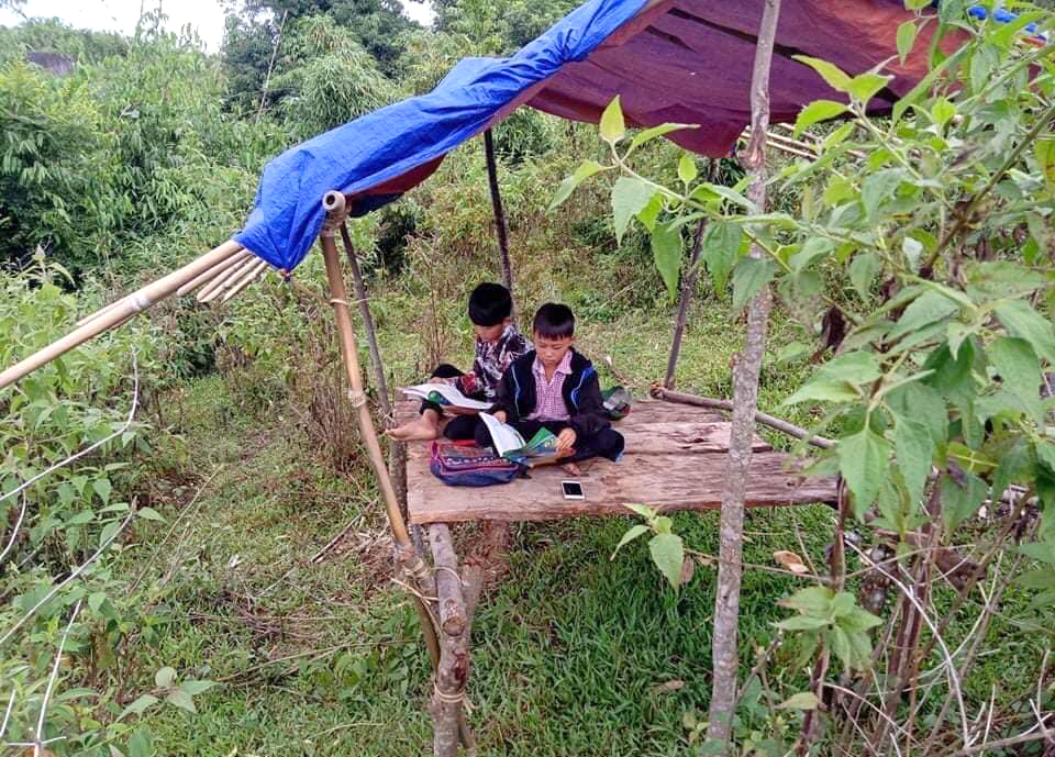 Dần và Thành cùng nhau học online trong túp lều tạm bợ trên núi