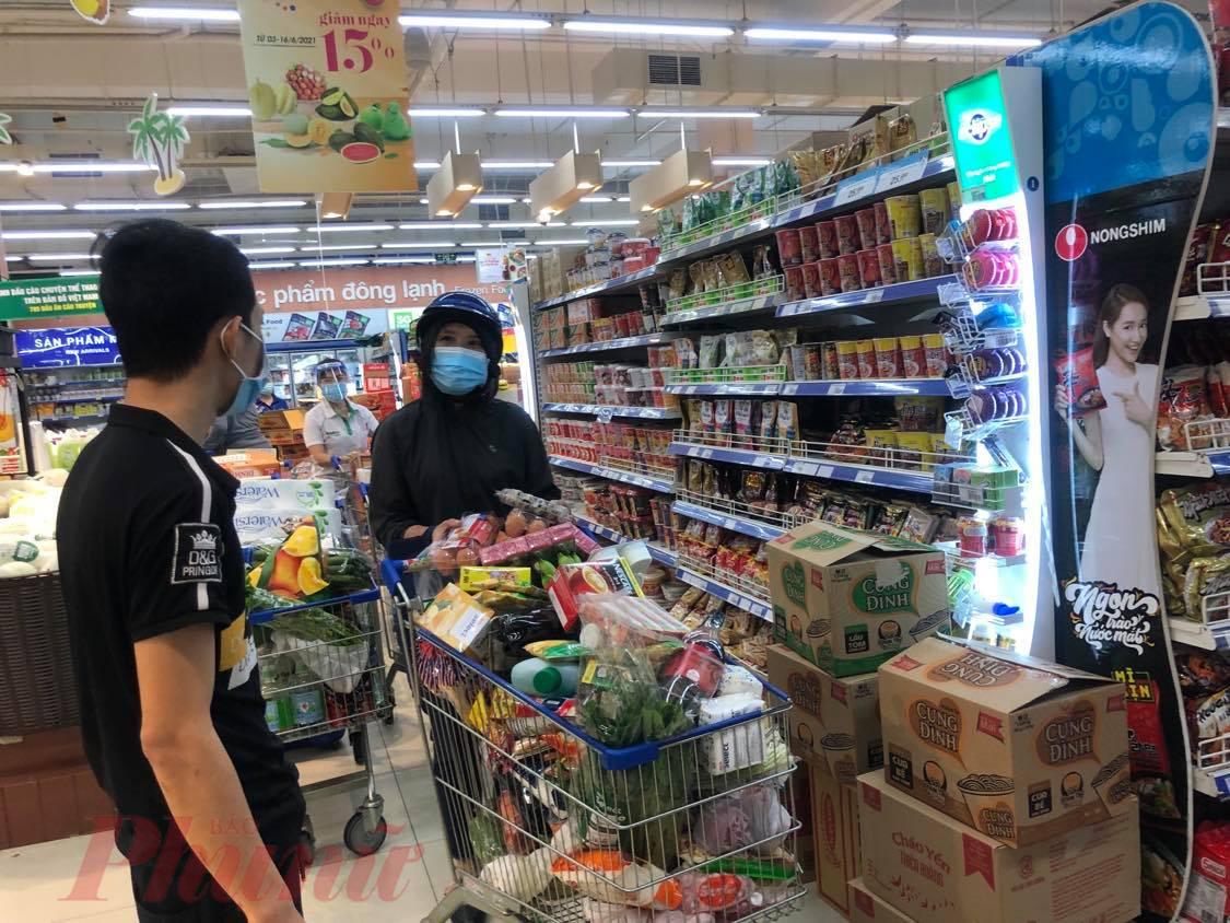 Ngày đầu được mua hàng trực tiếp trở lại, khách mua rất nhiều hàng hóa tại siêu thị Co.op Mart Huỳnh Tấn Phát (quận 7, TP HCM)