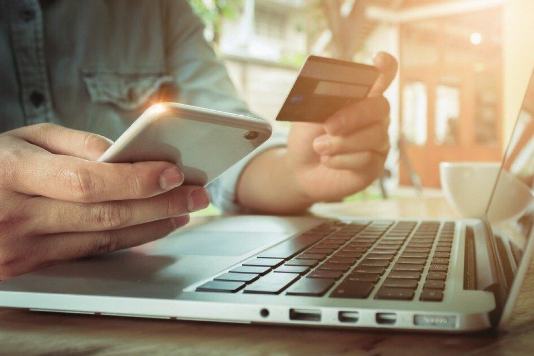 Nhu cầu lớn về bán lẻ trực tuyến trên khắp thế giới trong đại dịch Covid-19 đã khiến nhiều doanh nghiệp truyền thống và các nhà cung cấp dịch vụ cá nhân chuyển sang trực tuyến. Ảnh: Shutterstock