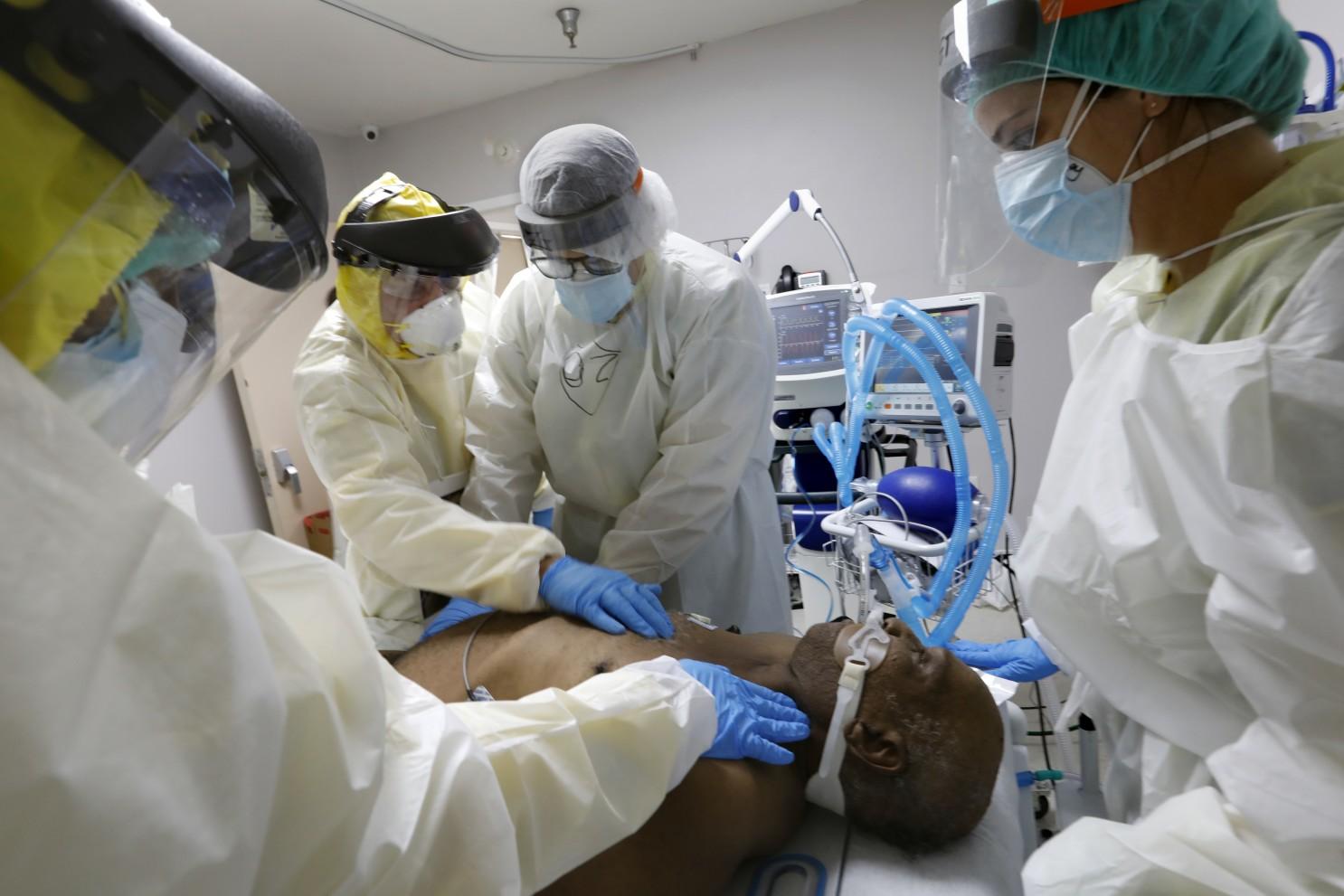 Các bác sĩ đang cố gắng hồi sức bệnh nhân mắc COVID-19 tại Trung tâm Y tế United Memorial ở Houston