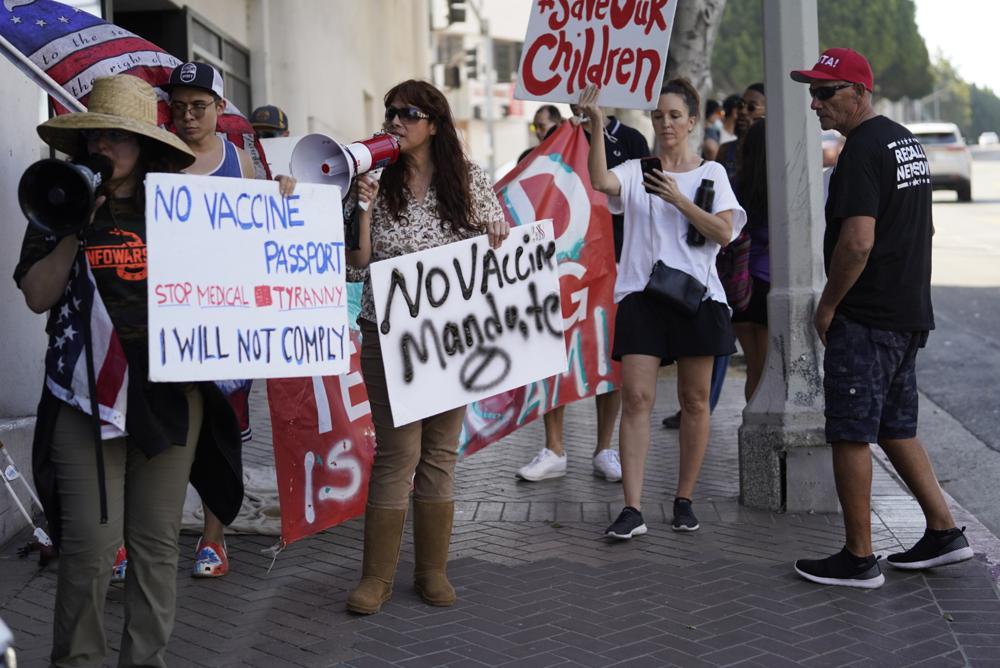 Những người chống vắc-xin biểu tình bên ngoài Hội đồng trường học Los Angeles, ngày 9/9 vì đã bỏ phiếu tán thành yêu cầu học sinh trên 12 tuổi phải tiêm vắc-xin COVID-19 để có thể tham dự các lớp học trực tiếp. Ảnh: AP