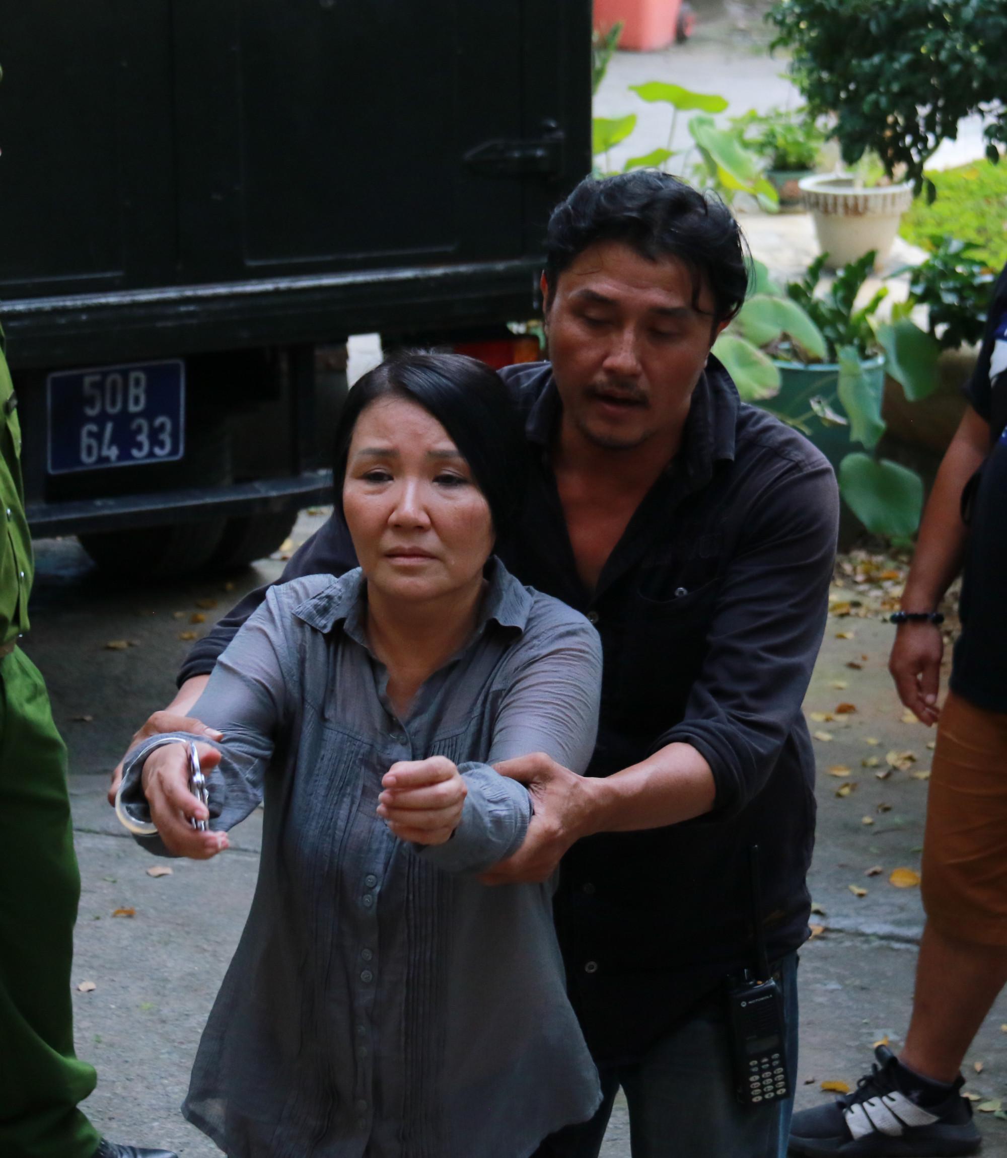 Đạo diễn Nguyễn Hồng Chi chỉ đạo diễn xuất cho bà Cẩm trước một cảnh quay