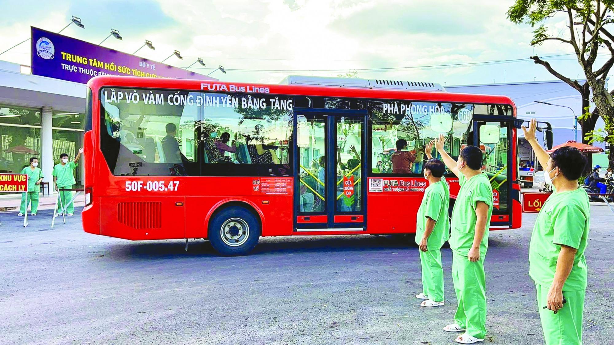 Bác sĩ Trung tâm Hồi sức tích cực người bệnh COVID-19 trực thuộc Bệnh viện Trung ương Huế tại TP.HCM (phường Tây Thạnh, quận Tân Phú) vẫy tay chào tạm biệt các bệnh nhân xuất viện trở về với gia đình chiều 15/9/2021 ẢNH: HOÀNG HÙNG
