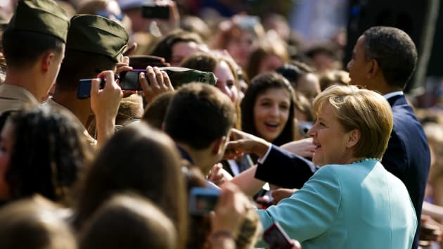 Thủ tướng Angela Merkel, một nhà lãnh đạo nổi tiếng, bắt tay đám đông cùng với cựu Tổng thống Hoa Kỳ Barack Obama trong chuyến thăm Hoa Kỳ.