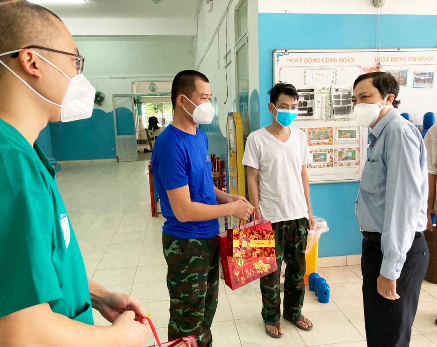 Ông Nguyễn Hoàng Lên động viên các bác sĩ quân y đang làm nhiệm vụ ở một trạm y tế lưu động thuộc P.Bình Trị Đông A, Q.Bình Tân