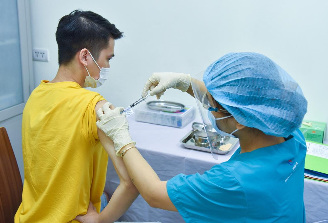 Tình nguyện viên tham gia tiêm thử nghiệm lâm sàng vắc-xin ARCT-154 giai đoạn 1 tại Bệnh viện Đại học Y Hà Nội