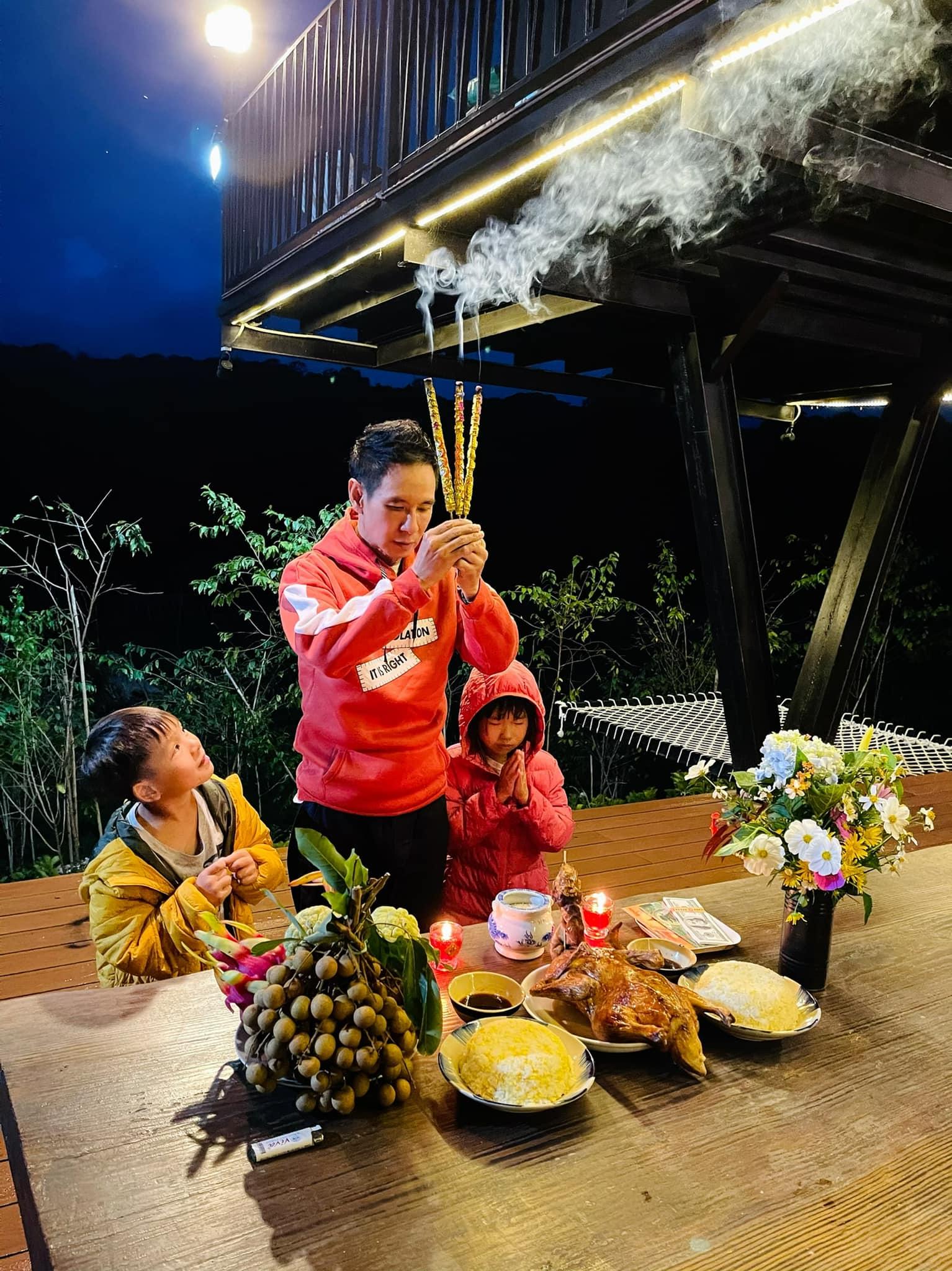 Vì dịch nên vợ chồng Lý Hải, Minh Hà bị kẹt ở Đà Lạt gần 5 tháng qua. Họ bày trí mâm cúng Tổ nghề
