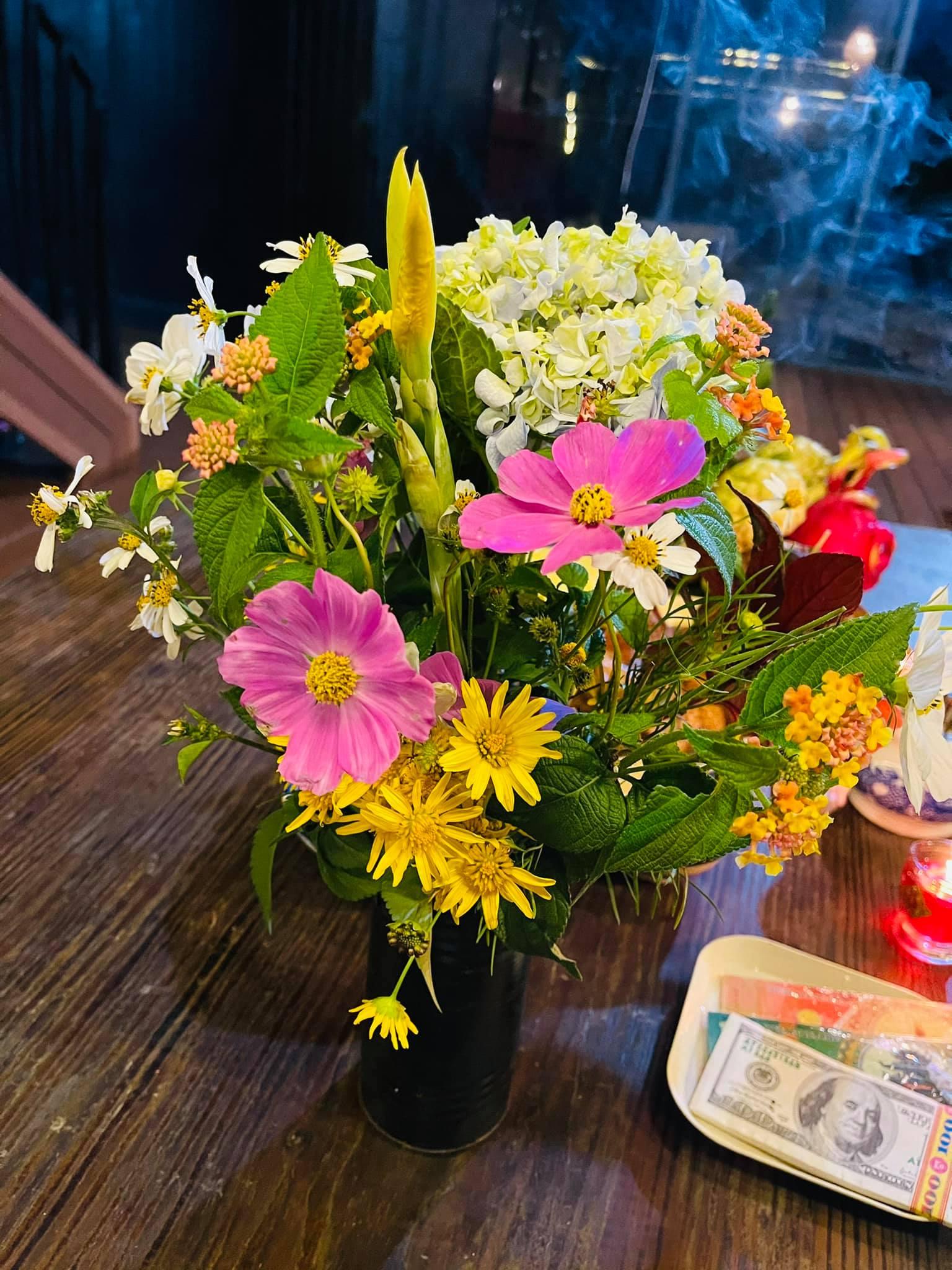 Bình hoa cúng Tổ nghề được Minh Hà hái trong vườn nhà.