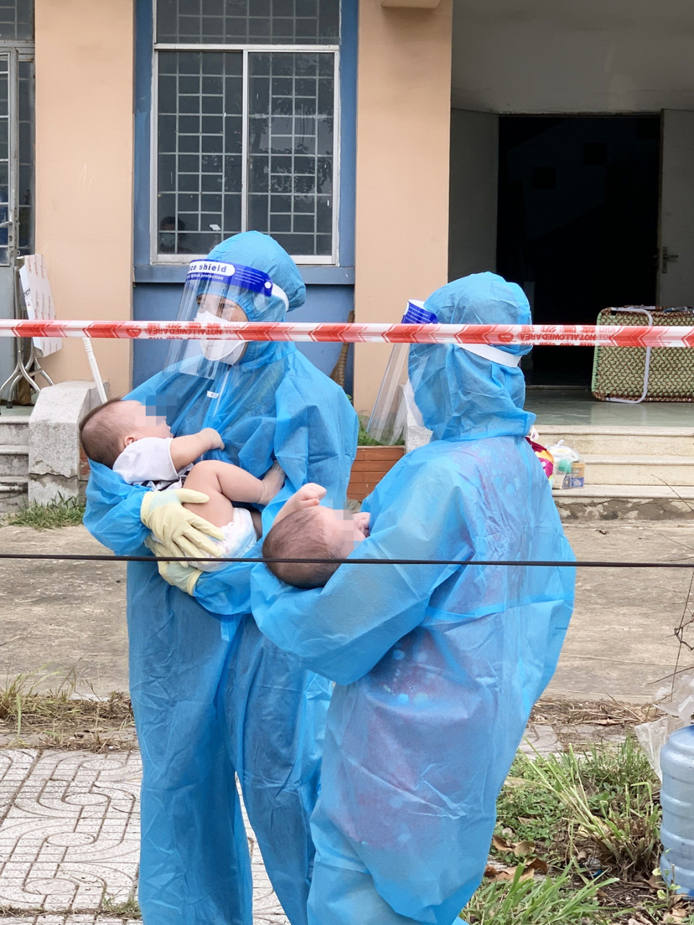 Hai em bé bị bỏ rơi, được các y bác sĩ tại Bệnh viện Dã chiến số 4 chăm sóc  - ẢNH: BỆNH VIỆN NHI ĐỒNG THÀNH PHỐ