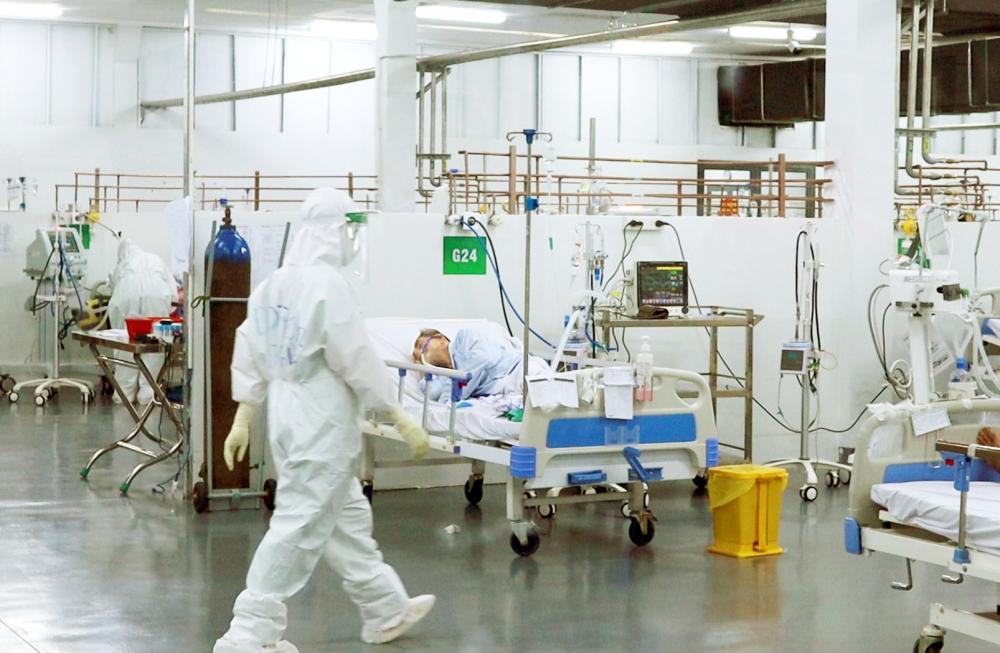 Bác sĩ Bệnh viện Trung ương Huế theo dõi, điều trị cho bệnh nhân tại Bệnh viện  Dã chiến số 14, TP.HCM - ẢNH: PHẠM AN