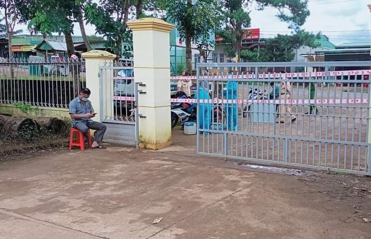 Toàn bộ cán bộ công an và một số cán bộ UBND xã Quảng Sơn cách ly tại trụ sở để thực hiện các biện pháp phòng chống dịch