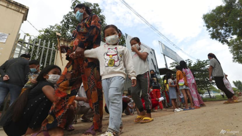 Trẻ em và phụ huynh ở Phnom Penh chờ đợi mũi tiêm Sinovac vào sáng 17/9