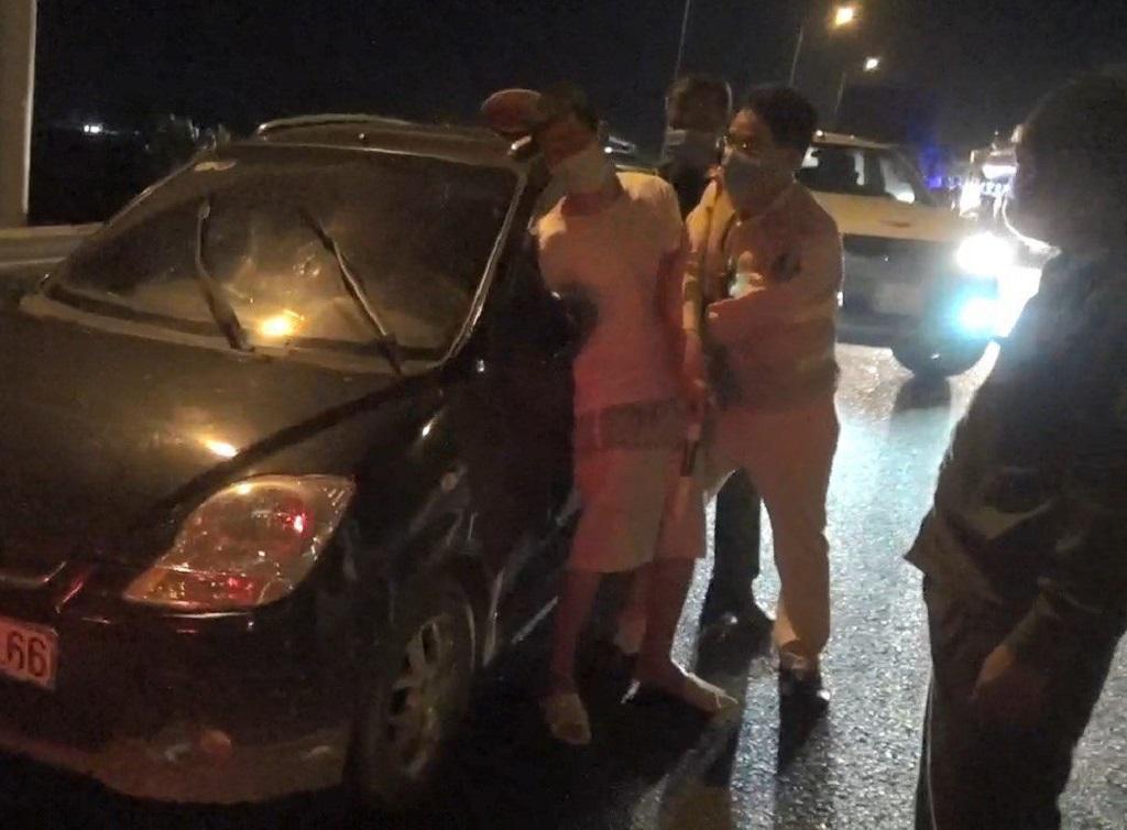 Lực lượng CSGT chặn cả cao tốc để khống chế người đàn ông sử dụng rượu bia, trốn khỏi khu cách ly tập trung.
