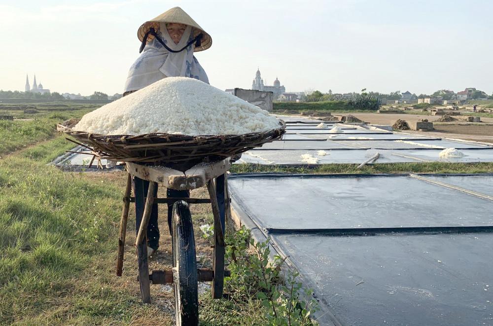Người dân làm muối tại đồng muối Kim Liên được hỗ trợ 6 triệu đồng khi đầu tư mua sắm chạt lọc và bộ trải bạt ô kết tinh
