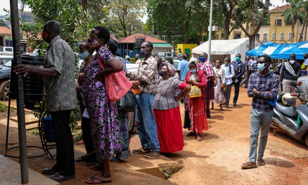 Mọi người xếp hàng bên ngoài trung tâm y tế để nhận vắc-xin Covid-19 ở Kampala, Uganda, vào tháng 8 năm 2021. Ảnh: Xinhua / REX / Shutterstock