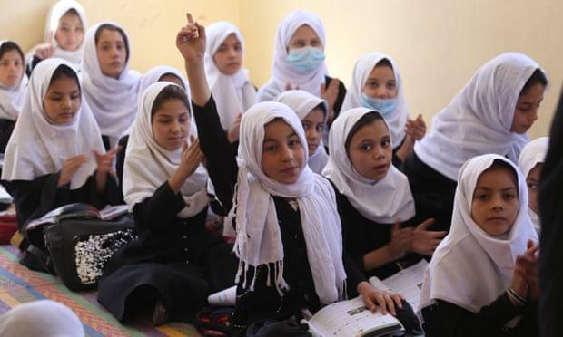 Taliban cấm nữ sinh học trung học ở Afghanistan.