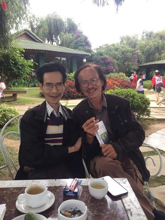 Nhà thơ Trần Thoại Nguyên (phải) và dịch giả Đỗ Tư Nghĩa.