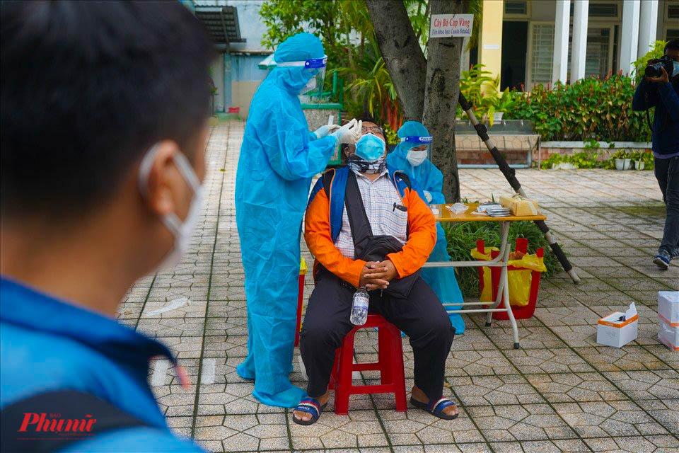 Nhân viên y tế lấy mẫu xét nghiệm cho shipper, ảnh Tam Nguyên