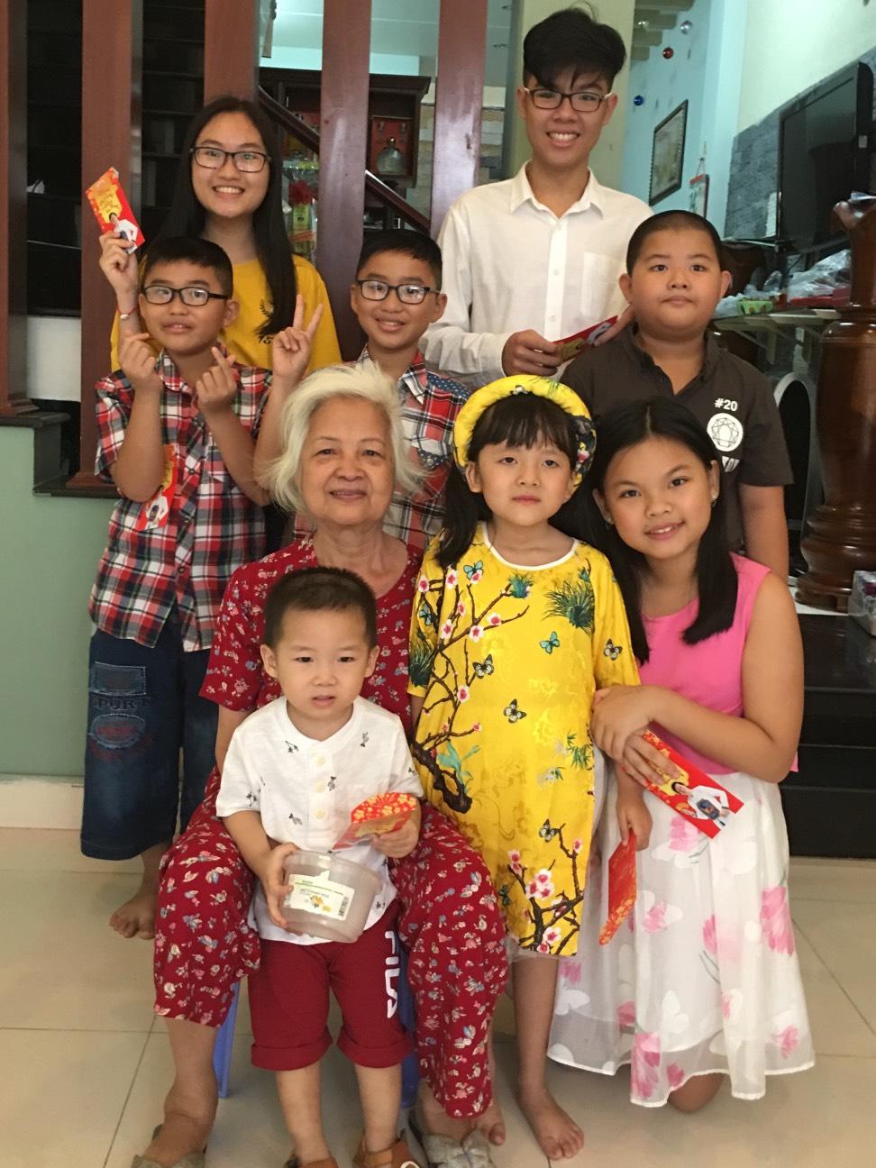 Bà Võ Thị Hường cùng các cháu nội, cháu ngoại.