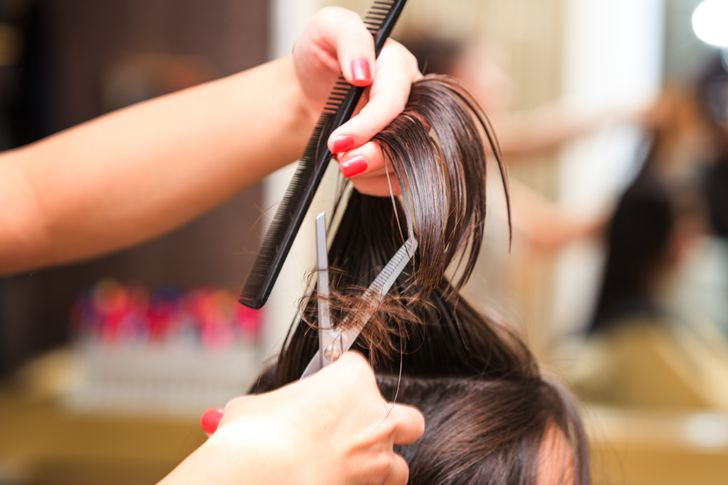 Điều rất quan trọng là bạn phải cắt tỉa tóc ít nhất hai tháng một lần. Bằng cách cắt bỏ phần tóc bị chẻ ngọn, bạn sẽ ngăn tóc của mình không bị chẻ ngọn nữa.