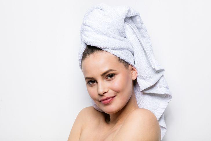 Sau khi gội đầu, dùng khăn thấm nhẹ từ chân tóc đến ngọn tóc. Không buộc khăn quanh đầu - điều này có thể làm hỏng các nang tóc. Nếu bạn cần làm khô tóc gấp, hãy sử dụng áo phông cotton thay vì khăn tắm!