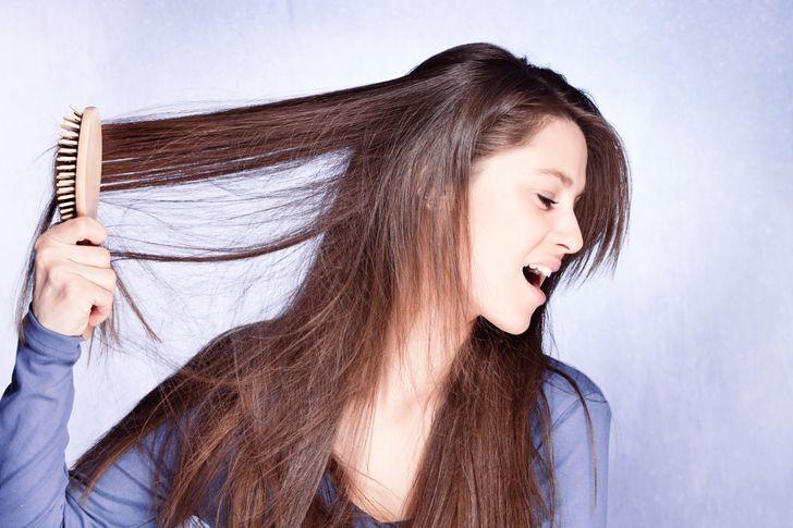 Chải đầu quá nhiều có thể làm cho tóc của bạn quá xơ xác hoặc dễ gãy. Không chải đầu ngay sau khi gội. Chờ cho các sợi ướt khô lại, sau đó cẩn thận tách chúng bằng ngón tay của bạn. Chỉ sau đó bạn mới có thể bắt đầu chải đầu. Đảm bảo sử dụng lược có răng thưa.