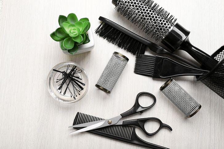 Lược của bạn cần được rửa bằng nước ấm ít nhất một lần một tuần. Ngoài ra, đừng quên thay lược cũ thường xuyên.