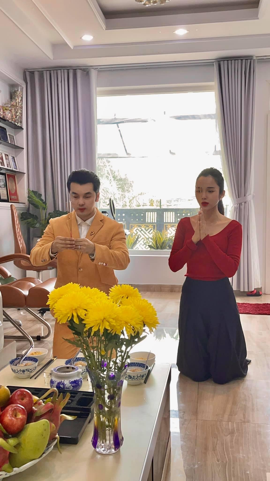 Cúng giỗ Tổ tại nhà, ca sĩ Ưng Hoàng Phúc và vợ - người mẫu, diễn viên Kim Cương vẫn ăn mặc rất chỉnh tề. Anh nói  mỗi năm đây là dịp để bản thân tự nhắc nhớ có thêm 1 năm làm nghề, được mang giọng hát phục vụ khán giả gần xa.