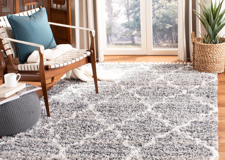 Việc đặt thảm đúng cách sẽ làm tăng thêm sức hấp dẫn tổng thể cho căn hộ của bạn. Đôi khi, việc di chuyển đồ đạc của bạn gần nhau hơn một chút là đủ. Nhân tiện, căn phòng sẽ trông rộng hơn nếu bạn trang trí bằng một tấm thảm đơn tông màu nhẹ nhàng không có hoa văn họa tiết.