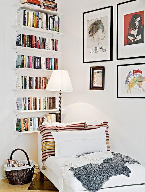 Hành lang hầu như luôn có những góc và ngách nhỏ như vậy, nơi dường như không có gì phù hợp. Tuy nhiên, bạn có thể sử dụng không gian này để chứa một tủ sách nhỏ, như trong blog này . Tủ sách khá đơn giản và không cần những vật dụng đắt tiền.