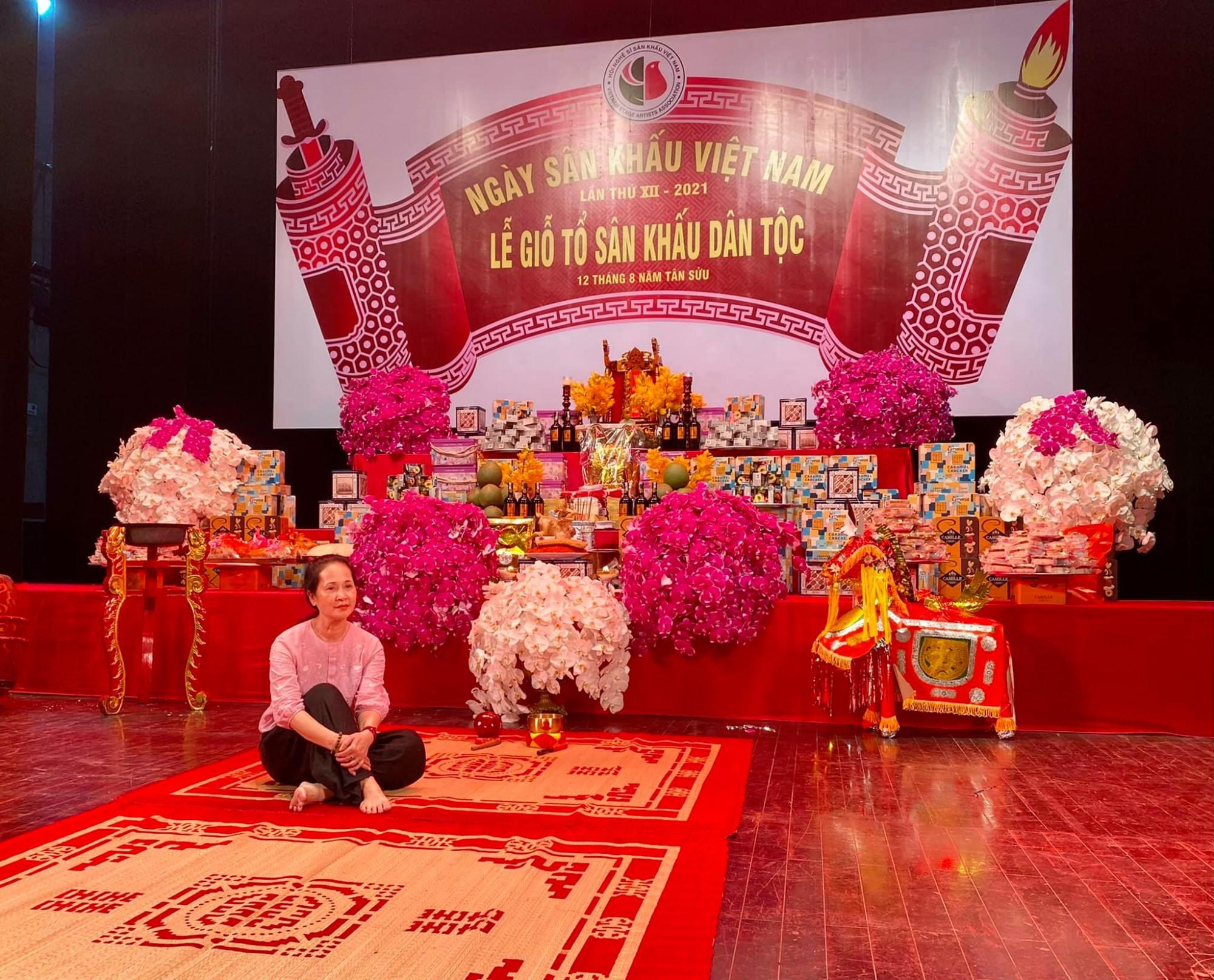 NSND Lan Hương cho biết Nhà hát lớn Hà Nội vẫn có bàn thờ cúng Tổ như mọi năm, nhưng năm nay đơn giản, cũng không có nghệ sĩ tụ họp.