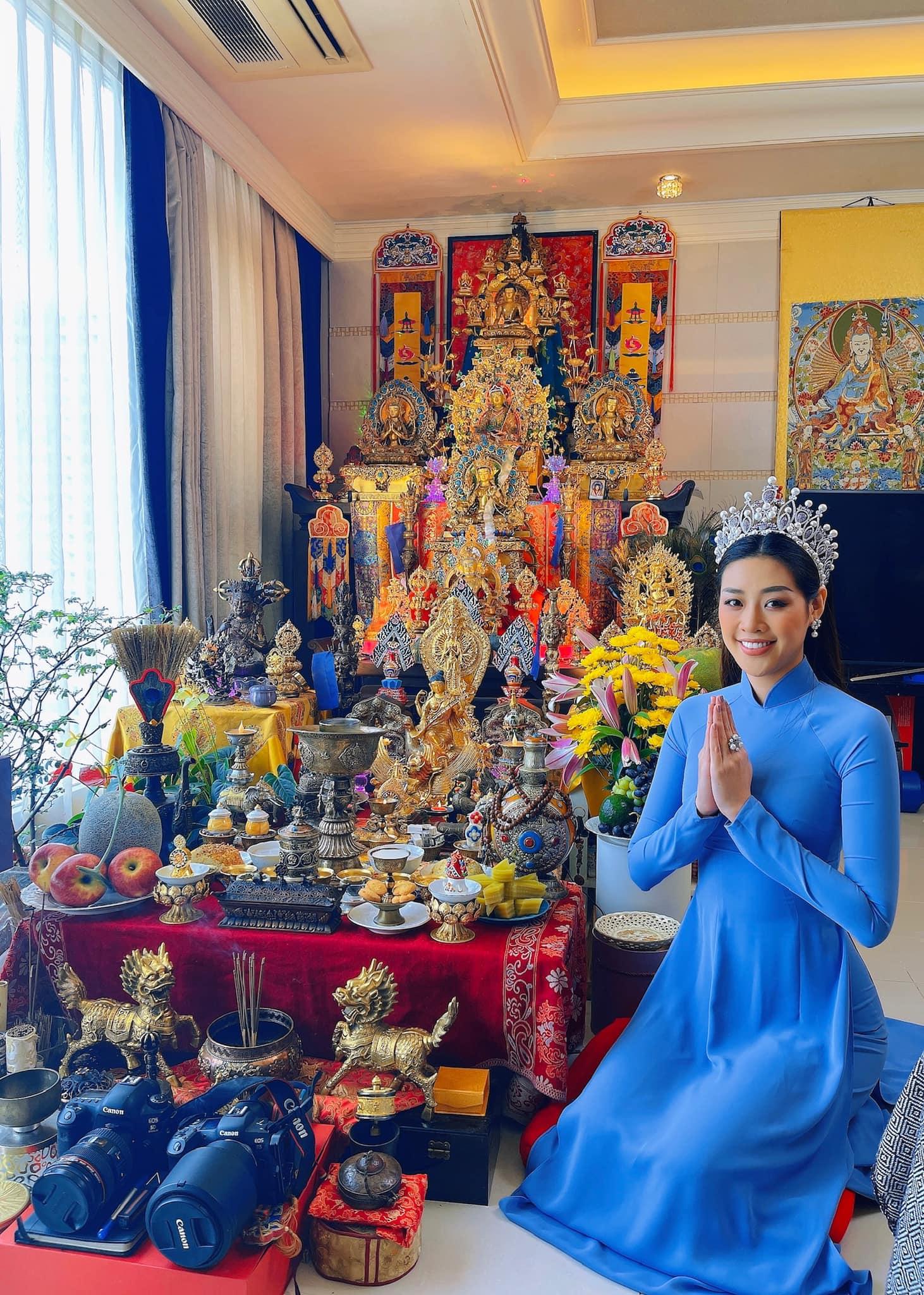 Hoa hậu Khánh Vân diện áo dài, đội vương miện trong lễ cúng giỗ Tổ tại nhà.