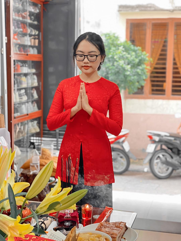 Phương Mỹ Chi mặc đồ bà ba trong lễ cúng Tổ. Nữ ca sĩ nói dù cúng tại nhà nhưng vẫn phải mặc trang phục biểu diễn quen thuộc để Tổ nghiệp có thể thấy đã trưởng thành qua từng năm.