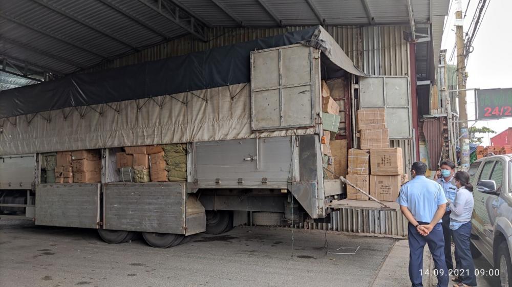Xe tải chở hàng buộc yêu cầu dừng để kiểm tra hành chính tại quận 12, TPHCM. Ảnh: QLTT