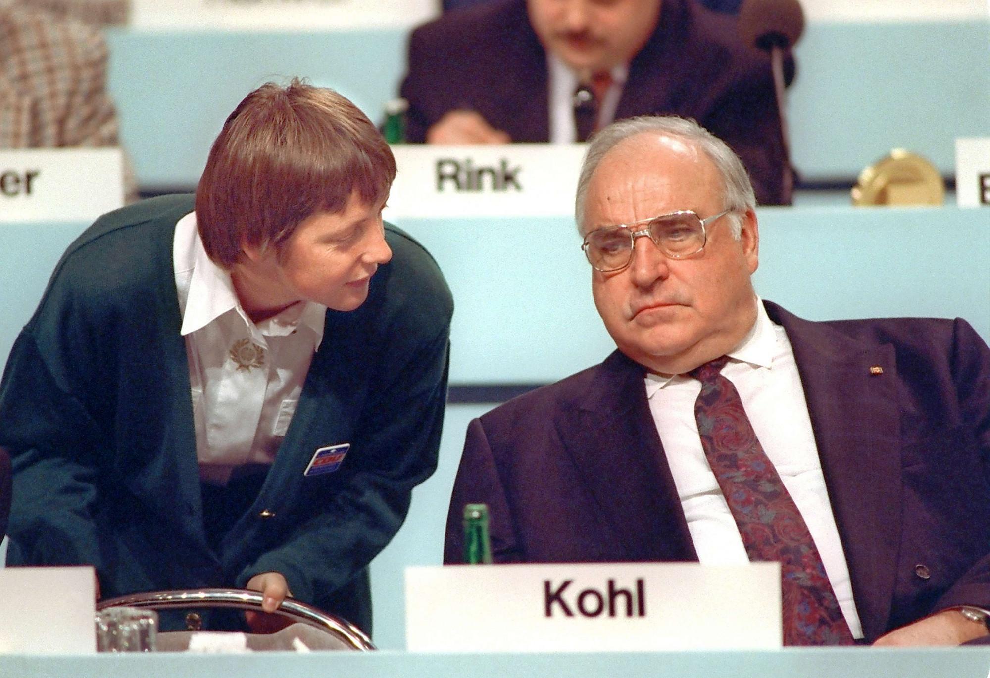Bà Merkel thời còn làm Bộ trưởng Bộ trưởng phụ nữ và thanh niên đang trao đổi với Thủ tướng Helmut Kohl trong một hội nghị diễn ra năm 1991 - Ảnh: Michael Jung/picture-alliance/dpa/AP