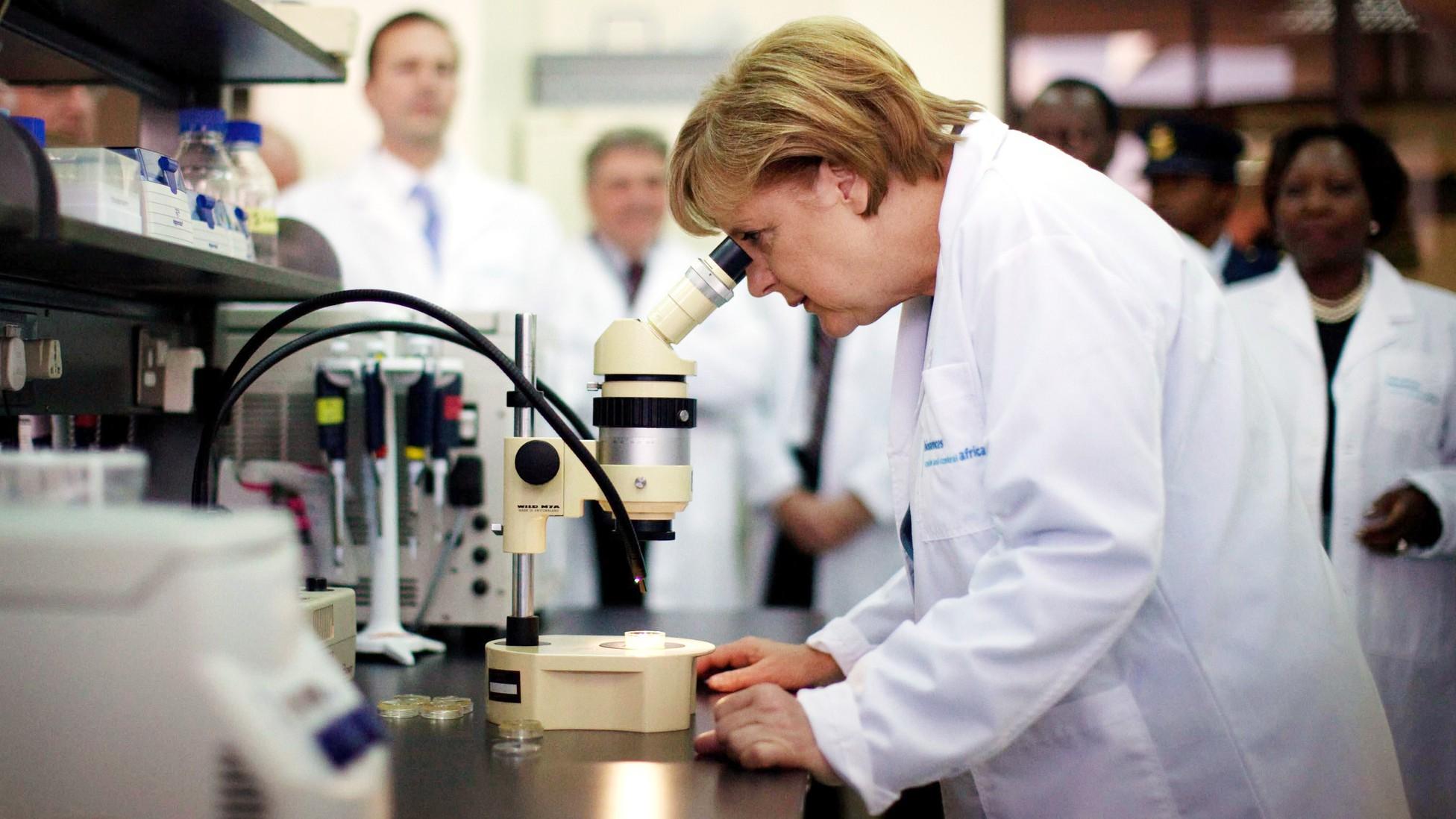 Cách tiếp cận của một nhà lãnh đạo có tư duy khoa học đã giúp Thủ tướng Angela Merkel có các quyết sách chống dịch hiệu quả - Ảnh: Michael Kappeler/DPA/Alamy