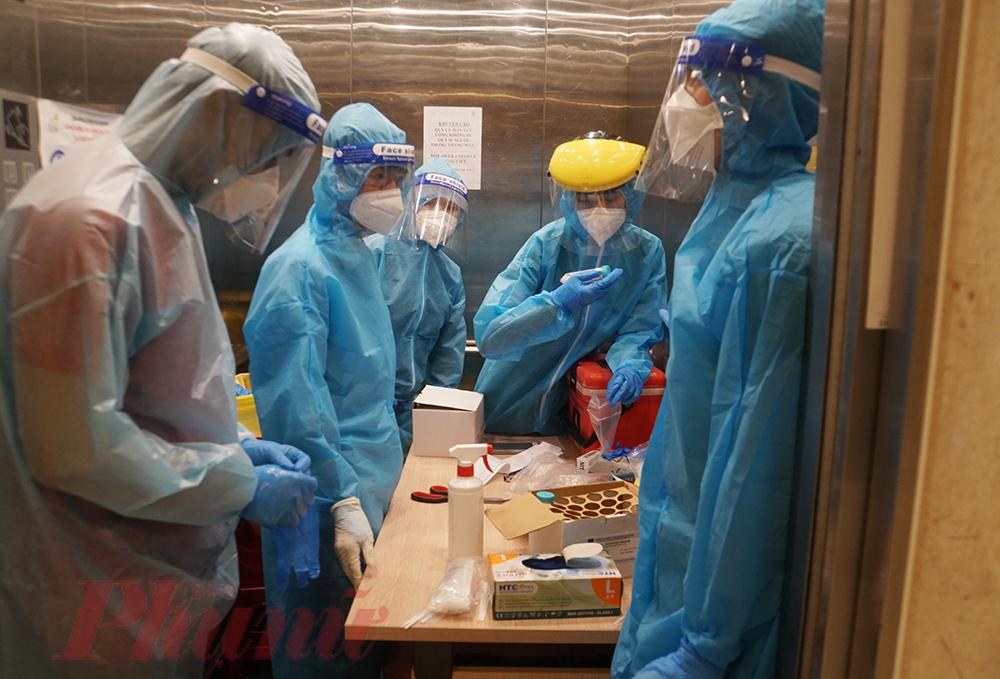 Không may trở thành F0 trong lần tình nguyện đi lấy mẫu xét nghiệm SARS-CoV-2, anh Nguyễn Lê Hoàng (33 tuổi, ở quận 4) được cách ly điều trị tại Bệnh viện Dã chiến số 11. Ai cũng nghĩ rằng bị lây nhiễm quá nhanh, anh sẽ sợ hãi. Tuy nhiên chứng kiến nhiều F0 tại khu điều trị của mình cần giúp đỡ, cũng như hiểu được sự khốc liệt của dịch bệnh, động viên của bác sĩ điều trị. Khỏi bệnh, anh Hoàng đã đăng ký chống dịch tại Trạm Y tế phường 1, quận 4