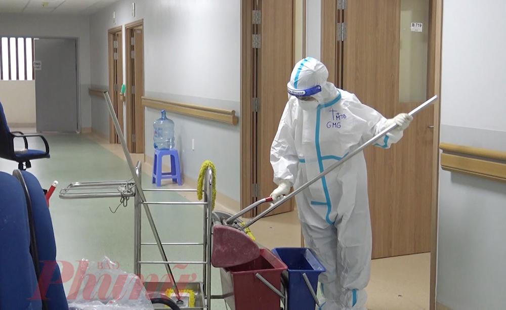 Khi anh Hoàng tình nguyện chạy vòng ngoài, ở Bệnh viện Hồi sức COVID-19 do Bệnh viện Chợ Rẫy TPHCM phụ trách, tình nguyện viên lẫn các F0 khỏi bệnh đang âm thầm quét dọn hành lang, chăm sóc, tâm sự với bệnh nhân COVID-19 để người bệnh có thêm động lực chiến đấu với bệnh tật