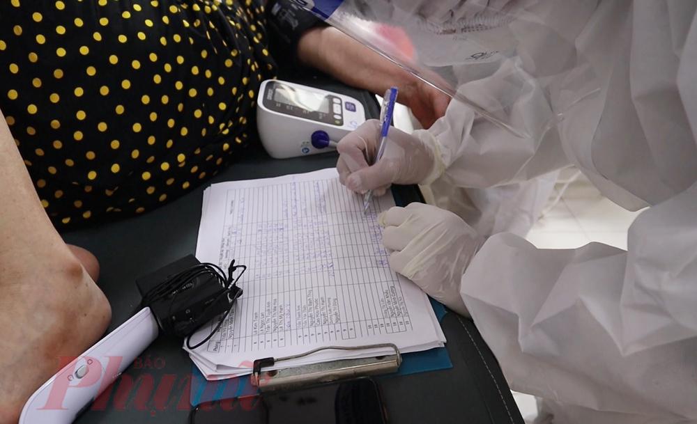 Với người F0 được tập huấn về đo huyết áp, đo nồng độ oxy, nhiệt độ,... mỗi ngày sẽ đến từng giường ghi nhận các chỉ số liên quan cho bệnh nhân COVID-19