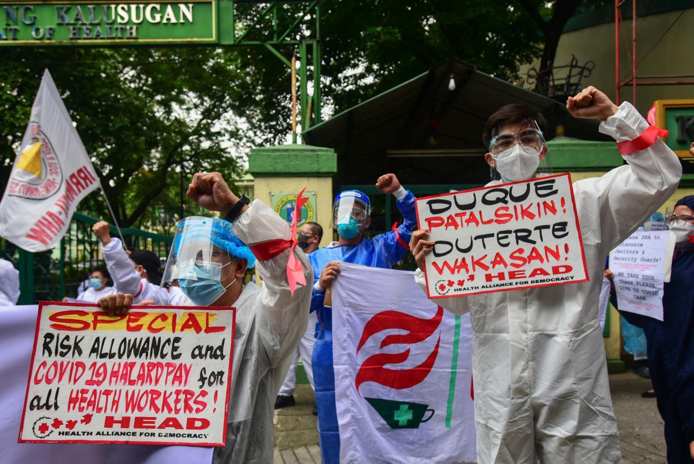Các nhân viên y tế tổ chức một cuộc biểu tình để yêu cầu chính phủ trả tiền rủi ro và phúc lợi trong một bức ảnh chụp vào ngày 1 tháng 9 năm 2021.