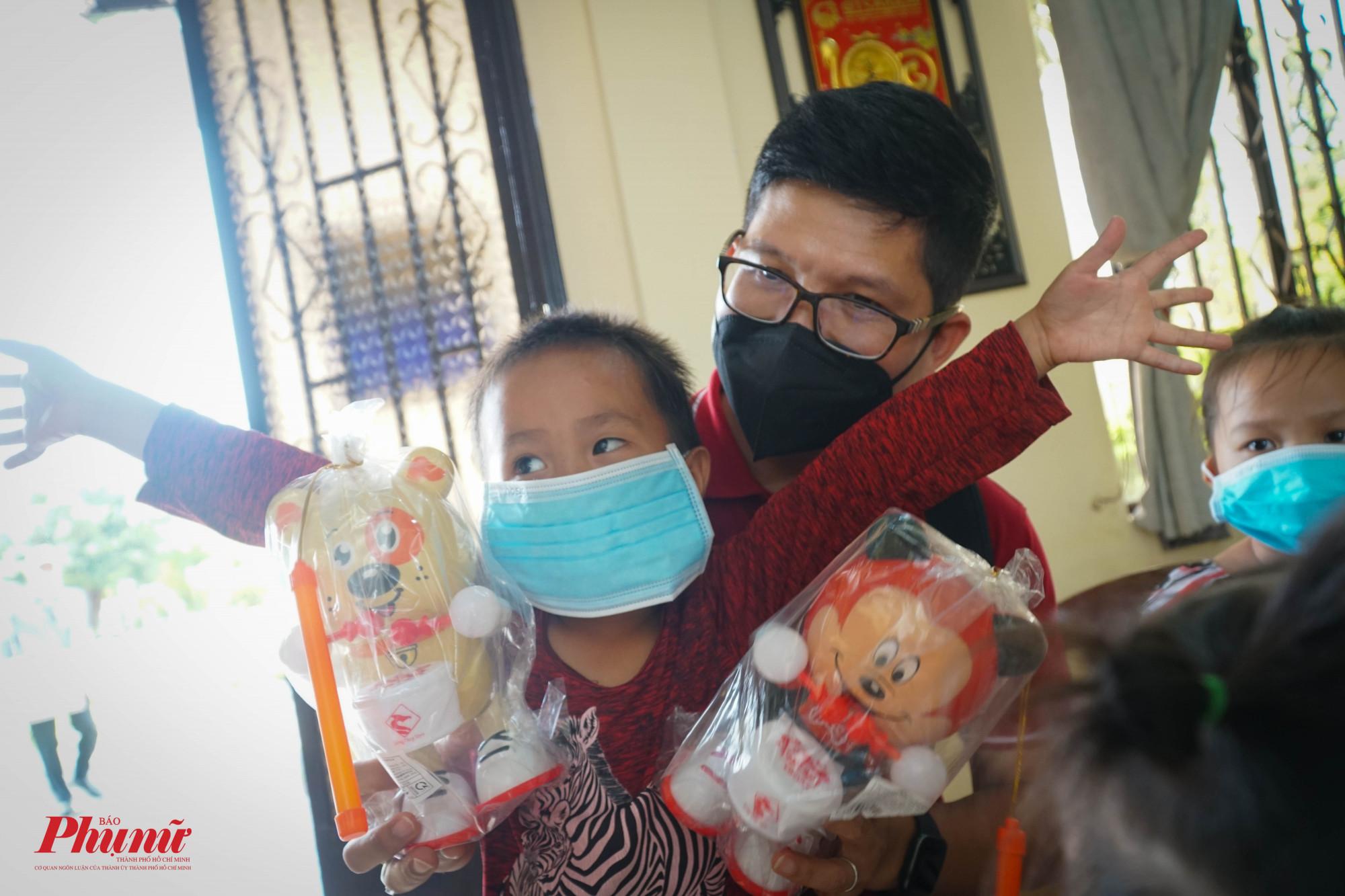 Các em nhỏ ở trung tâm Mai Hòa vui mừng khi được tặng đèn, bánh trung thu