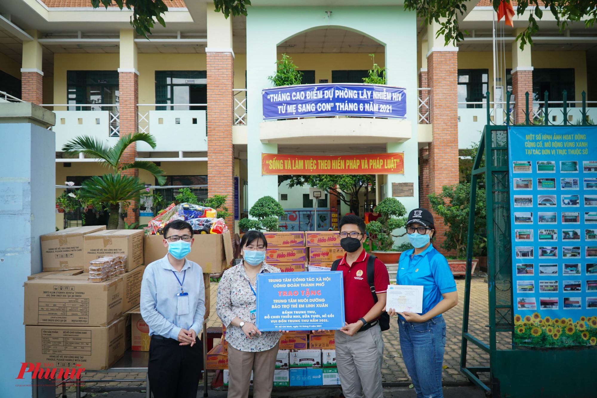 Cùng ngày, đoàn đã đến thăm Trung tâm nuôi dưỡng bảo trợ trẻ em Linh Xuân, phường Linh Xuân, TP. Thủ Đức