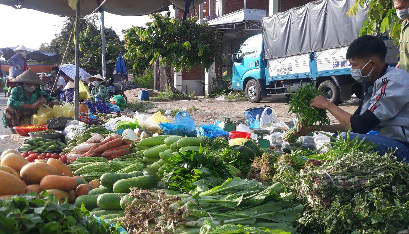 Một khu chợ vùng quê ở miền Tây Nam bộ trong những ngày giãn cách xã hội